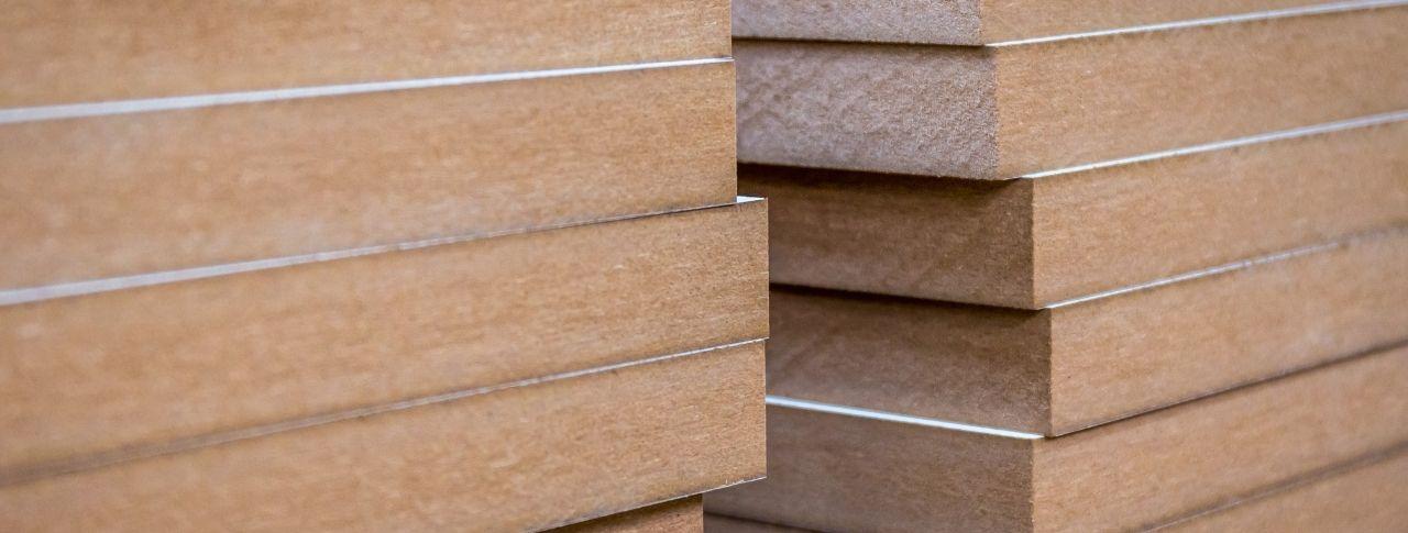 Mehrere weiß beschichtete MDF-Platten liegen aufeinander.