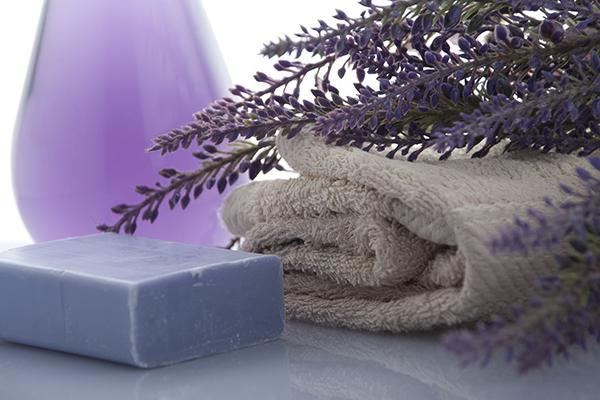 Lavendel entspannt und tut gut, als Badezusatz oder als Duftkerze.