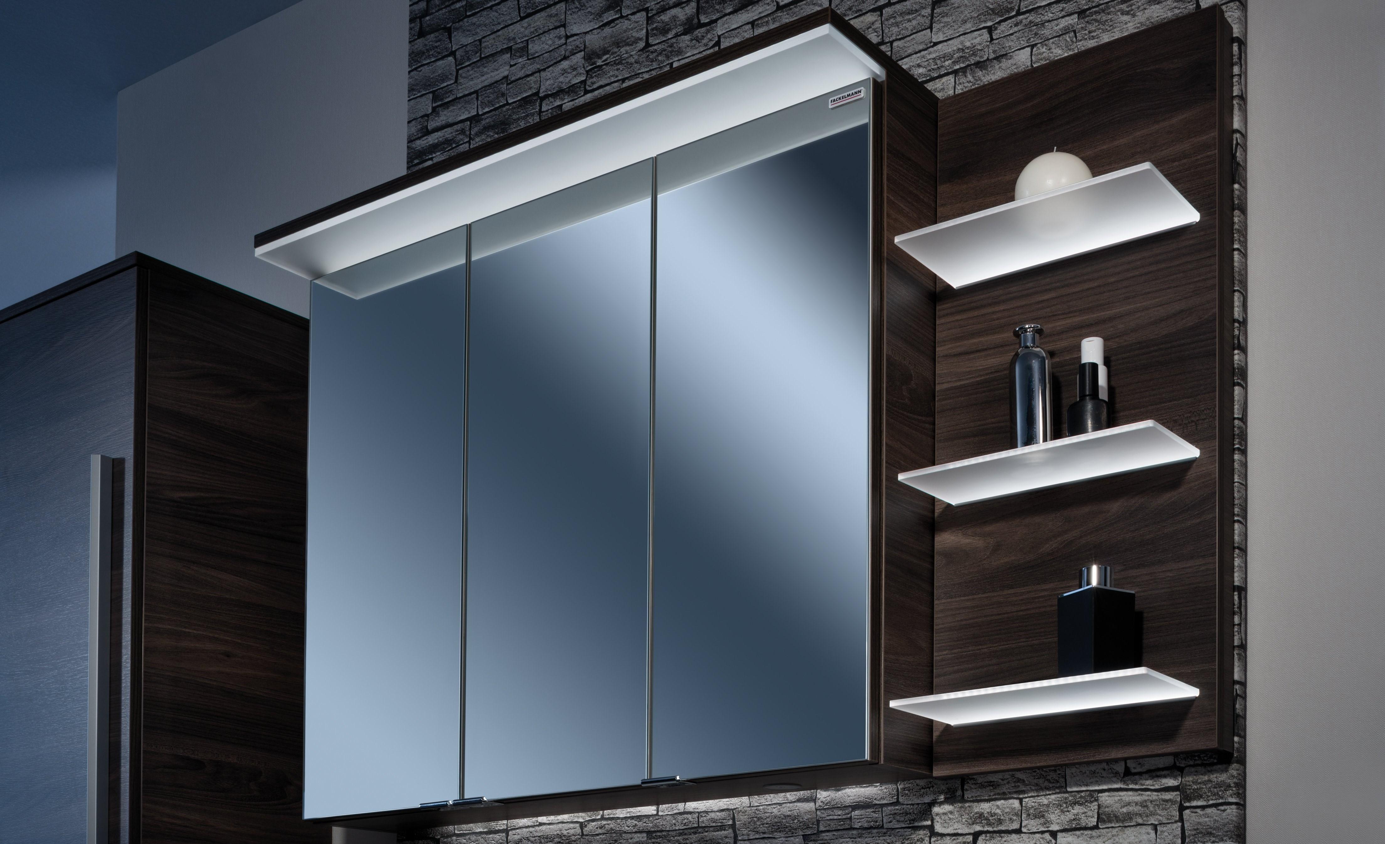 Stau- und Dekofläche durch einen Spiegelschrank mit Seitenpaneel schaffen
